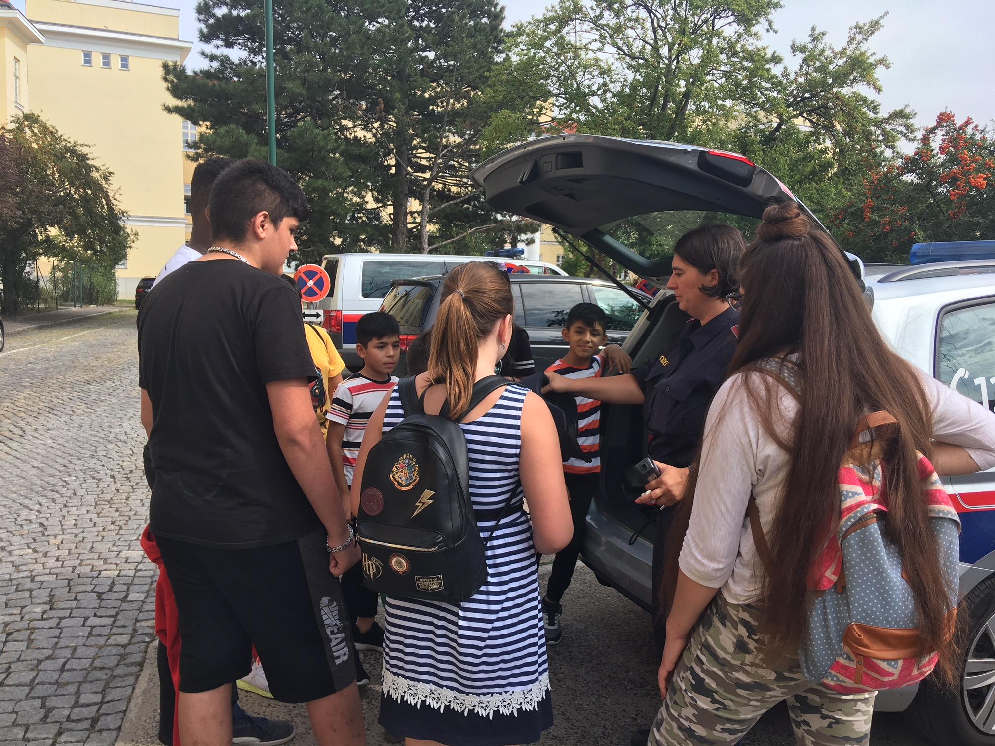 Gruppe vorm Polizeiauto 2