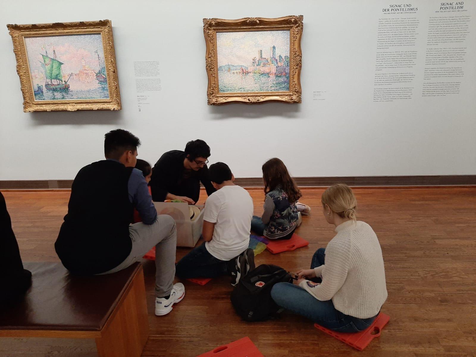 Gruppe-im-Museum-Kiste