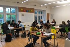 Gruppe beim Lernen groß