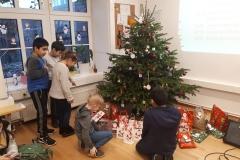 Kinder unterm Weihnachtsbaum